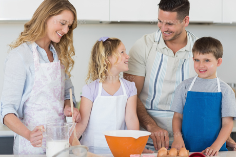 Family baking cookies together in kitchenの写真素材 [FYI00000759]