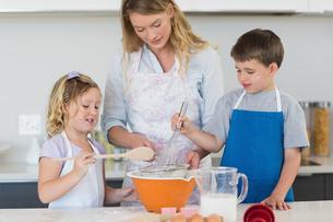 Children and mother baking cookiesの写真素材 [FYI00000760]