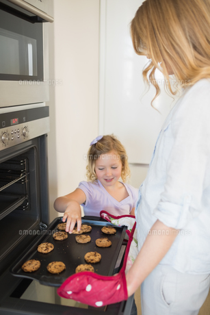 Mother and daughter baking cookiesの素材 [FYI00000765]