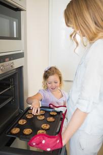 Mother and daughter baking cookiesの写真素材 [FYI00000765]