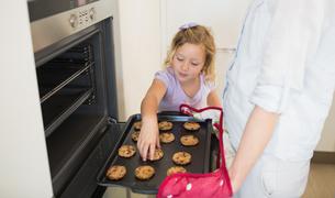 Girl with mother baking cookiesの写真素材 [FYI00000766]