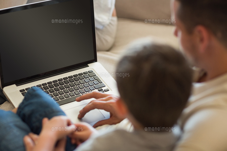 Father and son using laptop in houseの素材 [FYI00000777]