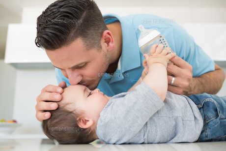 Loving father kissing baby on foreheadの写真素材 [FYI00000789]