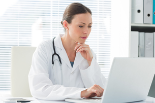 Female doctor using laptopの写真素材 [FYI00000799]