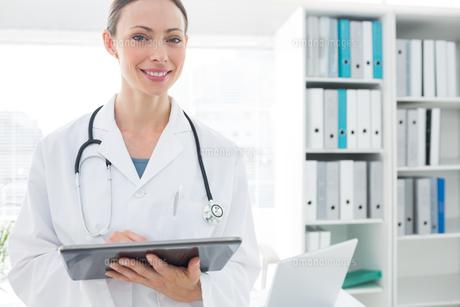 Portrait of doctor using digital tabletの素材 [FYI00000802]