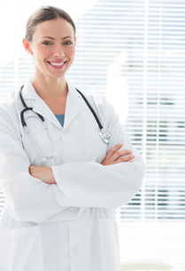 Confident female doctor standing arms crossedの写真素材 [FYI00000805]