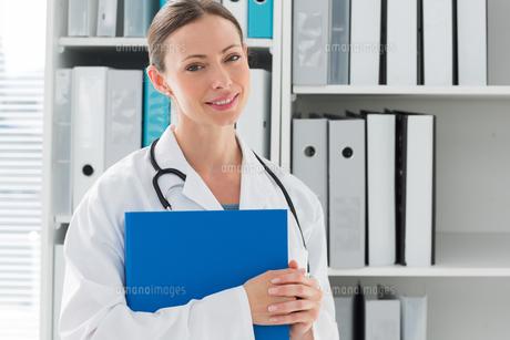 Portrait of female doctor holding folderの素材 [FYI00000810]