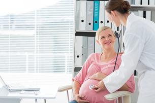 Doctor examining pregnant womanの写真素材 [FYI00000816]