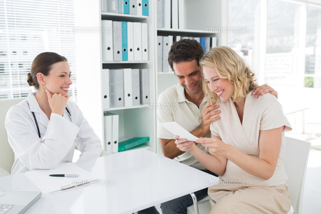 Expectant couple looking at reports in clinicの素材 [FYI00000826]