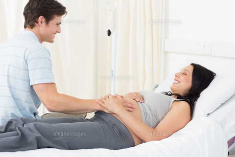 Expectant couple in hospitalの素材 [FYI00000831]