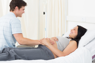 Expectant couple in hospitalの写真素材 [FYI00000831]