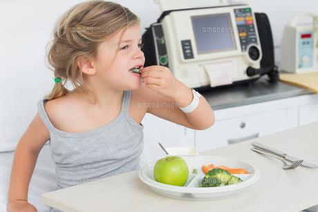 Sick girl eating healthy foodの写真素材 [FYI00000861]