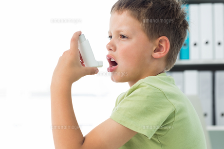Boy using an asthma inhalerの素材 [FYI00000874]