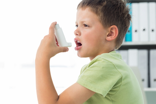 Boy using an asthma inhalerの写真素材 [FYI00000874]