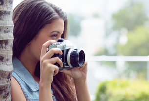 Pretty girl taking photographs outsideの写真素材 [FYI00000906]
