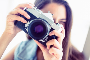 Young woman taking a photoの写真素材 [FYI00000913]