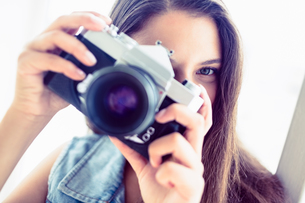 Brunette woman taking a photoの写真素材 [FYI00000914]