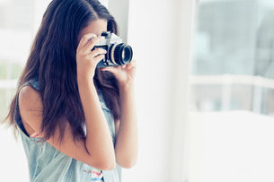 Stylish young photographer taking a photoの写真素材 [FYI00000916]