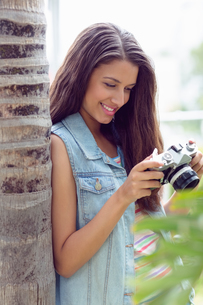 Stylish young girl looking at her cameraの写真素材 [FYI00000919]
