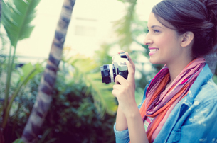 Smiling brunette taking a photoの写真素材 [FYI00000922]