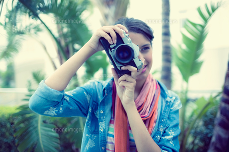 Smiling brunette taking a photo outsideの写真素材 [FYI00000923]
