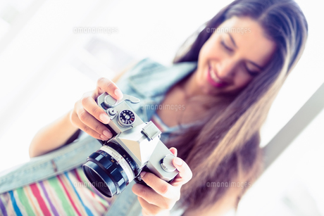 Smiling brunette looking at her cameraの写真素材 [FYI00000924]