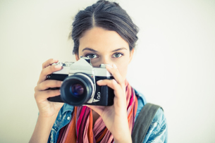 Attractive brunette taking a photoの写真素材 [FYI00000925]