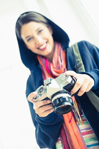 Attractive brunette holding her cameraの写真素材 [FYI00000927]