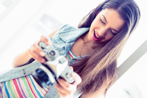 Cheerful brunette looking at her cameraの写真素材 [FYI00000928]