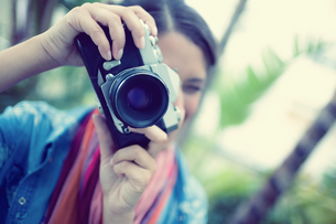 Brunette taking a photo outside looking at cameraの写真素材 [FYI00000929]