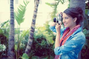 Happy brunette taking a photo outsideの写真素材 [FYI00000930]