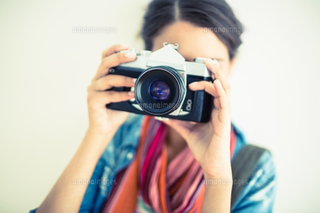 Attractive brunette holding camera upの写真素材 [FYI00000933]