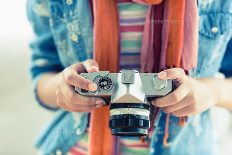 Young woman looking at her cameraの写真素材 [FYI00000941]