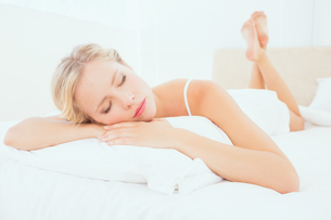 Sleeping young blonde lying on her bedの写真素材 [FYI00000957]