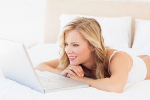 Cute young blonde watching her laptopの写真素材 [FYI00000960]