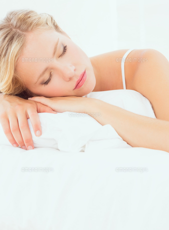 Pretty young blonde sleeping on her bedの素材 [FYI00000962]