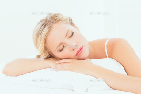 Peaceful young blonde sleeping on her bedの素材 [FYI00000963]