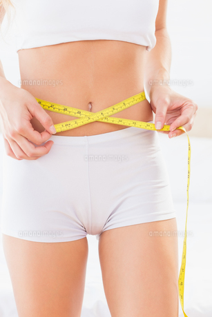 Thin woman measuring her waistの素材 [FYI00000976]