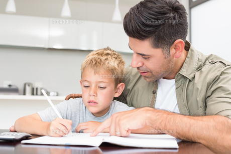 Father helping son with his math homeworkの素材 [FYI00000989]