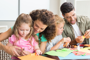 Cheerful family doing arts and crafts together at the tableの写真素材 [FYI00000992]