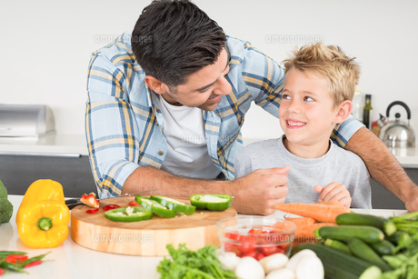 Smiling father preparing vegetables with his sonの写真素材 [FYI00001008]