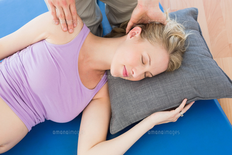 Pregnant woman having a relaxing massageの写真素材 [FYI00001012]