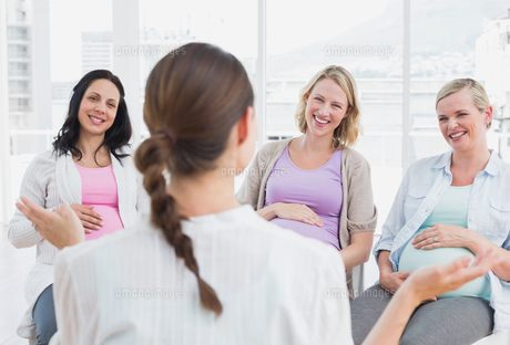 Pregnant women listening to doctor at antenatal classの写真素材 [FYI00001026]