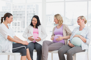 Happy pregnant women talking together at antenatal classの写真素材 [FYI00001037]