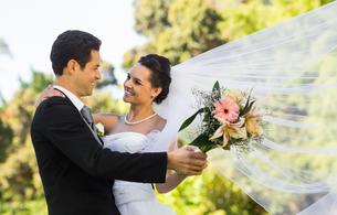 Romantic newlywed couple dancing in parkの写真素材 [FYI00001104]