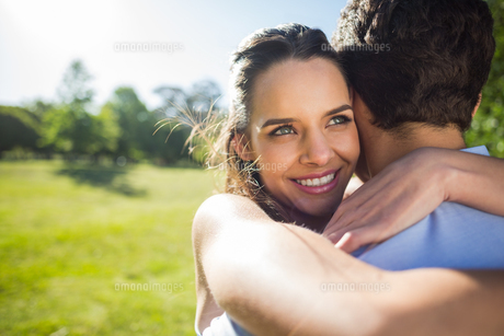 Close-up of a loving woman embracing man at parkの写真素材 [FYI00001118]