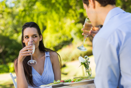 Couple with champagne flutes sitting at an outdoor cafテゥの素材 [FYI00001127]
