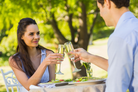 Couple toasting champagne flutes at an outdoor cafテゥの写真素材 [FYI00001128]