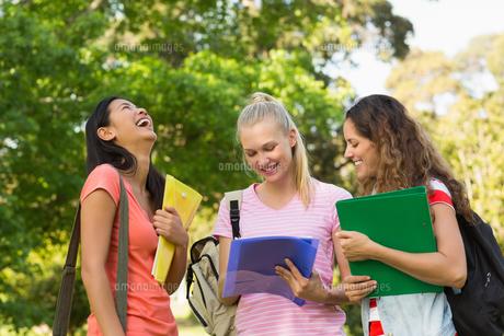 Happy female college friends at campusの写真素材 [FYI00001138]