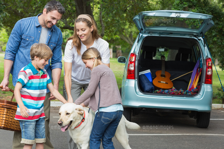 Family with kids and pet dog at picnicの写真素材 [FYI00001149]